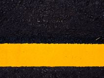 路面,黄色交通线的关闭 免版税图库摄影