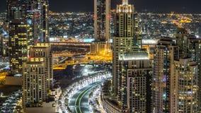 路顶视图在迪拜街市timelapse的与夜交通和有启发性摩天大楼 股票录像