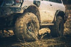 路驱动的泥泞的足迹 免版税库存图片