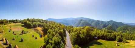 路鸟瞰图在山的 图库摄影