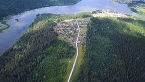 路鸟瞰图在森林和树中的 夹子 在直路的顶上的空中顶视图在五颜六色 免版税图库摄影