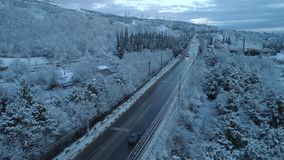 路鸟瞰图通过雪杉木森林在冬天 ?? 鸟瞰图深刻的冬天农村国家风景飞行 影视素材