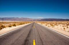 路190在死亡谷国家公园,加利福尼亚 免版税库存照片