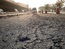 路崩裂与车和运输 免版税库存图片