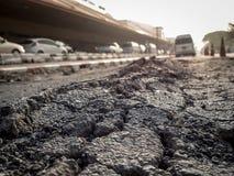 路崩裂了与车和麻烦在运输 免版税库存照片