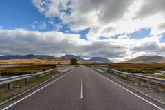 路A82在从格拉斯哥的秋天高地的,苏格兰 库存照片