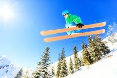 跳与他的滑雪的少年 库存图片