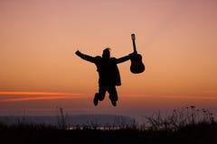 跳与吉他的人 免版税库存照片