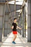 跳与跳绳的年轻人户外 行使和生活方式概念 免版税库存图片