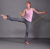跳与绳索的健康年轻十几岁的女孩 免版税库存图片
