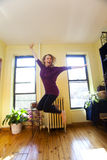 跳为喜悦的愉快的妇女 免版税库存照片