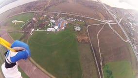 跳伞在多云天空的跳伞运动员在晚上 极其体育运动 河横向 股票视频