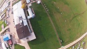 跳伞在天空的跳伞运动员在晚上 登陆在绿色领域 极其体育运动 股票录像
