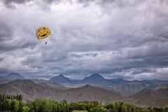 跳伞在山 库存图片
