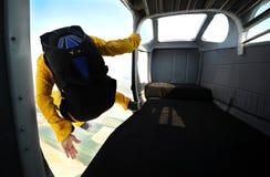 跳伞在晴天 免版税库存图片