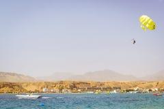 跳伞在海,拖曳乘一条小船在Sharm El谢赫 免版税库存图片