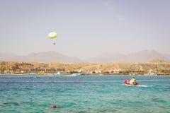 跳伞在海,拖曳乘一条小船在Sharm El谢赫 库存照片