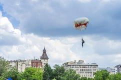 跳伞者土地在城市 库存图片