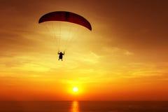 跳伞运动员剪影背景日落的 免版税库存图片