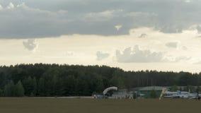 跳伞运动员在草登陆 影视素材