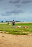跳伞运动员在登陆以后解开他的降伞 库存照片
