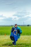 跳伞运动员在登陆以后运载一个降伞 免版税库存图片