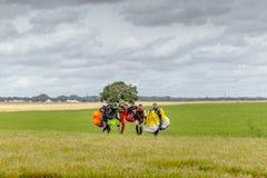 跳伞运动员在登陆以后运载一个降伞 库存图片