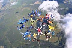 跳伞运动员是在天空 免版税库存图片