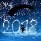 跳伞运动员着陆对新年2018年 免版税库存照片