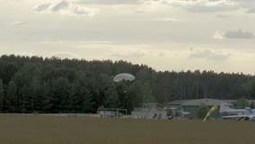 跳伞运动员着陆-慢动作60fps 影视素材