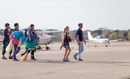 跳伞运动员登陆 免版税库存照片
