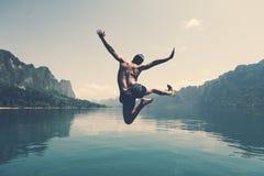 跳充满喜悦的人由湖 库存图片