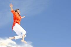 跳充满喜悦的成熟妇女 免版税库存照片