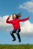 跳充满喜悦的逗人喜爱的十几岁的女孩 图库摄影