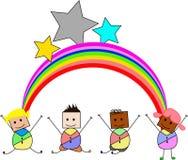 跳充满在小山的喜悦的孩子在彩虹下 库存图片