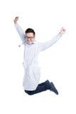 跳出喜悦的一位年轻亚裔医生的全长画象 免版税库存照片