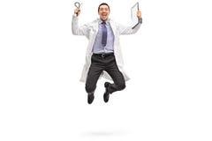 跳出喜悦的年轻医生 免版税图库摄影
