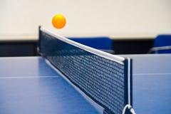 跳动乒乓球 免版税库存照片