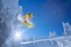 跳反对日落的挡雪板 库存图片