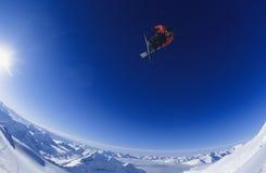 跳反对蓝天的滑雪者 库存图片