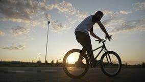 跳和翻转在他的自行车的专业骑自行车的人把手改进兔宝宝蛇麻草技术- 股票视频