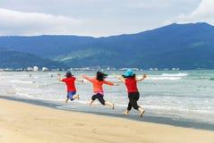跳在中国海滩的妇女岘港在越南 图库摄影