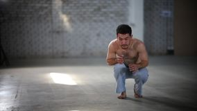 跳在他手上的人和举的脚,然后他转过来并且重复移动-显示capoeira元素 股票录像