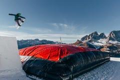 跳在喷射器,气球着陆, Val di法萨Dolomiti雪公园的挡雪板 免版税图库摄影