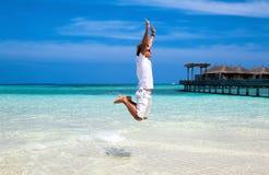 跳在天空中的男性 免版税图库摄影