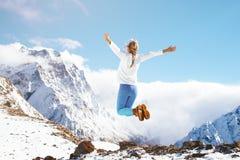 跳在山的妇女在冬天 免版税图库摄影