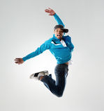 跳在工作室的Breakdancer 免版税库存照片