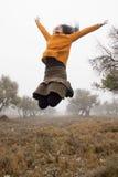 跳在橄榄树之间的女孩 图库摄影
