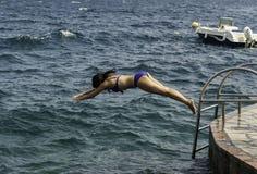 跳在水中的少妇 库存图片