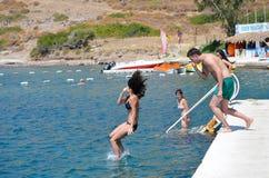 跳在海的朋友 库存照片